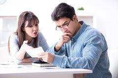 Det unga paret som ser familjfinans, skyler över brister arkivfoto