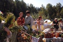 Det unga paret väljer produkter på mässan av bondaktig mat Royaltyfri Bild