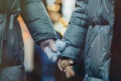Det unga romantiska paret har rolig det fria i vinter för Ch royaltyfri fotografi
