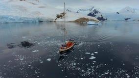 Det uppblåsbara fartyget simmar till yachten i fjärden Andreev arkivfilmer
