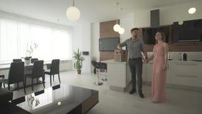 Det upphetsade lyckliga barnet kopplar ihop att se runt om den nya lägenheten för den inre moderna moderiktiga designinflyttninge stock video
