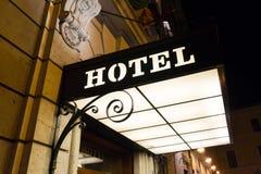 Det upplyst hotellet undertecknar Arkivfoton