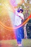 Det uppsökte barnet man bärande virtuell verklighetskyddsglasögon som har gyckel i hans trädgård Gyckel för livsstilen VR och kop Arkivbild