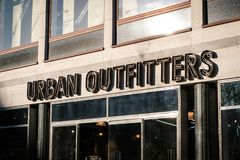 Det Urban Outfitters klädlagret shoppar framdelen i Berlin royaltyfria foton