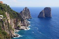 Det ursnygga landskapet av den berömda faraglionien vaggar på den Capri ön, Italien Royaltyfria Bilder