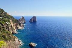 Det ursnygga landskapet av den berömda faraglionien vaggar på den Capri ön, Italien Royaltyfria Foton