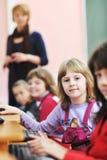 Det utbildning med barn i skola arkivfoto