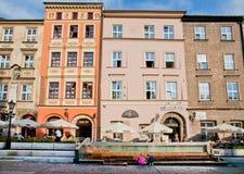 Det utomhus- kafét & restauranger arbetar nära de färgrika historiska byggnaderna Fotografering för Bildbyråer