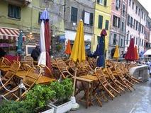 Det utomhus- kafét stängde sig på en regnig dag i Italien Arkivfoton
