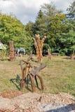 Det utomhus- konstseminariet med träträdgården skulpterar i Chynadievo, Ukraina Arkivfoton