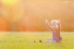 Det utomhus- lyckliga barnet, det gula fältet lyftte hans händer Höst nedgång Royaltyfria Bilder
