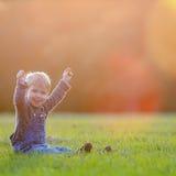 Det utomhus- lyckliga barnet, det gula fältet lyftte hans händer Höst nedgång Royaltyfri Fotografi