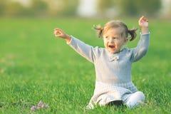 Det utomhus- lyckliga barnet, det gula fältet lyftte hans händer Höst nedgång Royaltyfri Bild