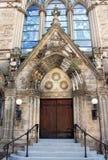 Utsmyckat tillträde för stenkristenkyrka royaltyfri foto