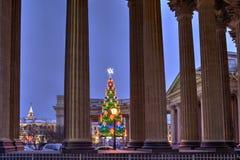 Det utvändiga julträdet tänder mitt emot den Kazan domkyrkan, Sankt Pe Arkivbild