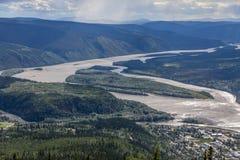 Det väldiga Yukonet River möter Klondiken - Dawson City, Yukon arkivfoton