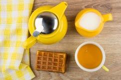 Det välfyllda rånet, kopp te, tillbringare av mjölkar, tekannan Royaltyfri Fotografi
