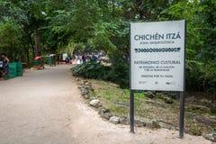 Det välkommet undertecknar in Chichen Itza nära Cancun i Mexico Royaltyfria Foton