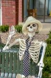 Det vänliga manliga skelettet vinkar hälsningar royaltyfri foto