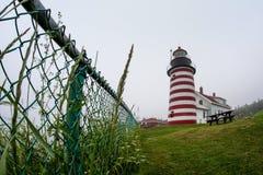 Det västra Quoddy huvudljuset nära Lubec, Maine, USA är det östligt Royaltyfri Fotografi