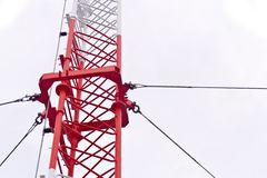 Det van vid telekommunikationtornet överför television och signaler som 3g isoleras på vit Royaltyfri Bild