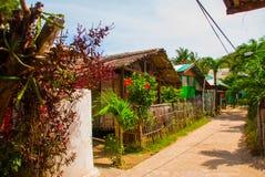 Det vanliga lokala lantliga huset i Apo-ön, Filippinerna Royaltyfri Bild