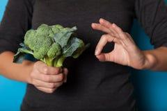 Det vegetariska livsstilbegreppet, h?nder som rymmer gr?nsaken f?r, bantar arkivfoto