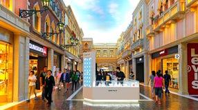 Det venetian hotellet som shoppar område, macau Fotografering för Bildbyråer