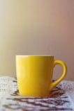 Det vertikala fotoet av en guling rånar på en filt royaltyfri fotografi