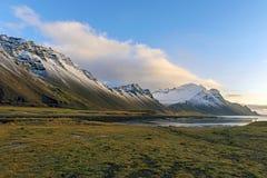 Det Vestrahorn snöberget och Stokksnes sätter på land nära den blåa sjön i H royaltyfria foton