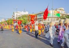 Det vietnamesiska folket i drake dansar skådespelartrupper på beröm Tet för det nya året nära den lodisThien Hau pagoden Arkivfoton