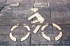Det vita cykeltecknet går på vägen Fotografering för Bildbyråer