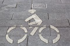 Det vita cykeltecknet går på vägen Royaltyfri Fotografi