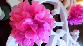 Det vita dekorativa trädet med rosa färger blommar, det vita dekorativa trädet med rosa färgpapperspom-poms