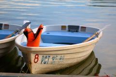 Det vita fartyget med en flytväst på förtöja Fotografering för Bildbyråer