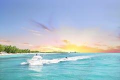 Det vita fartyget seglar havet från solnedgånghorisonten arkivfoto