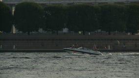 Det vita fartyget seglar längs Neva River den near kusten av St Petersburg, Ryssland stock video