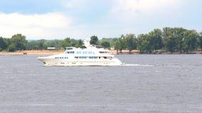 Det vita fartyget seglar på floden stock video