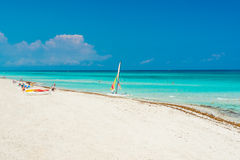 Det vita havet för sand- och turkosblått på Varadero sätter på land i Kuba Arkivfoto