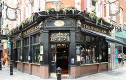 Det vita lejonet är en traditionell engelsk bar i den Covent trädgården, London, på hörnet av James Street och den blom- gatan royaltyfri fotografi