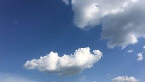 Det vita molnet försvinner i den varma solen på blå himmel Stackmolnmoln bildar mot en briljant blå himmel blått för Time-schackn lager videofilmer