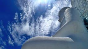 Det vita molnet och den stora vita Buddha skulpterar under blå himmel Arkivfoto