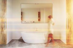 Det vita och träbadrummet, badar och avspeglar, kvinnan royaltyfria foton