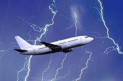 Det vita passagerareflygplanet tar av under ett slag för åskvädernattblixt av regn, dåligt väder royaltyfri bild