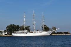 Det vita seglingskeppet förtöjde på havskajen royaltyfri foto