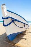 Det vita träfartyget lägger på den sandiga stranden, Spanien Royaltyfri Bild