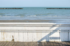 Det vita wood staketet förbiser för skerryshoreline för havet konstgjord walkw Arkivbild
