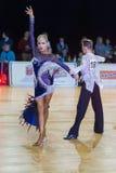 Det vuxna dansparet utför ungdomlatin - amerikanskt program på mästerskapet för tusen dollar Prix-2106 för WDSF den baltiska Arkivbilder