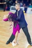 Det vuxna dansparet utför ungdomlatin - amerikanskt program på mästerskapet för tusen dollar Prix-2106 för WDSF den baltiska Royaltyfria Bilder