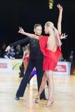 Det vuxna dansparet utför ungdomlatin - amerikanskt program på mästerskapet för tusen dollar Prix-2106 för WDSF den baltiska Fotografering för Bildbyråer